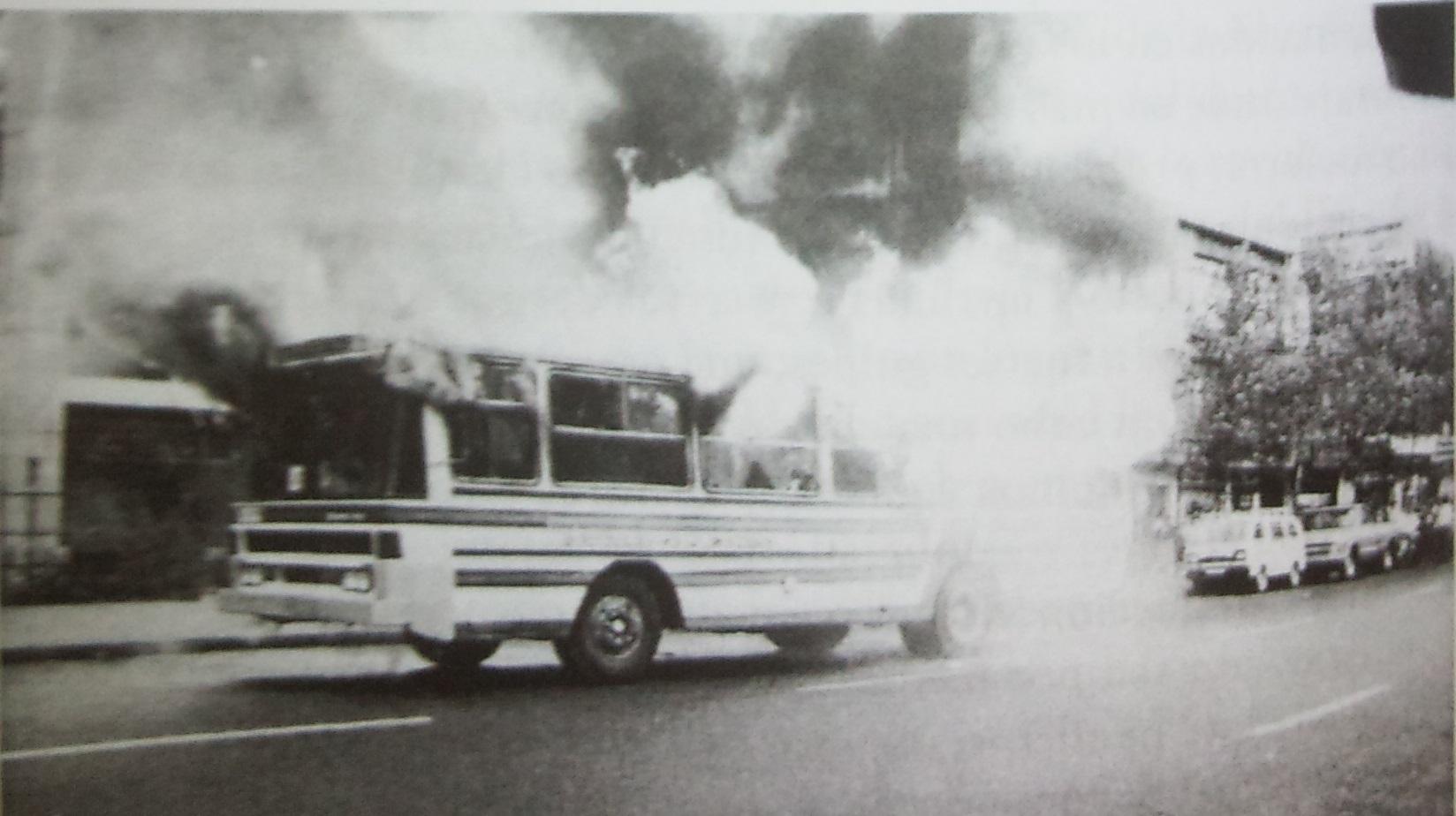 Atentado contra microbús en Santiago, década de 1980, archivo fotográfico Fortín Mapocho