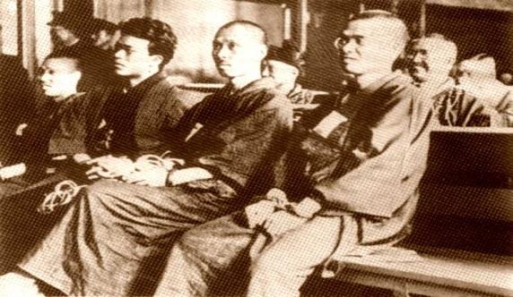 De izquierda a derecha el segundo es Daijirō Furuta y el cuarto es Wada Kyûtarô. Los demás compañeros son miembros de Girochin Sha, pero se desconoce su identidad.