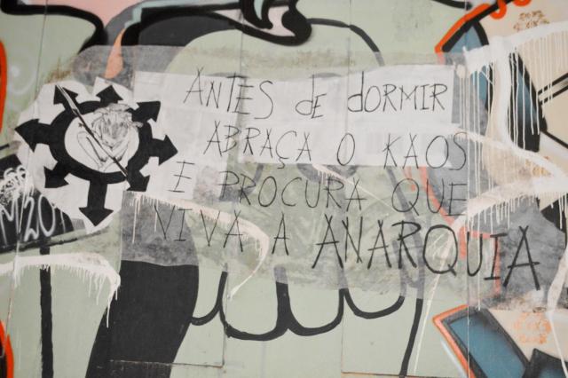ANTES DE DORMIR ABRAZO EL CAOS Y PROCURA QUE VIVA LA ANARQUÍA