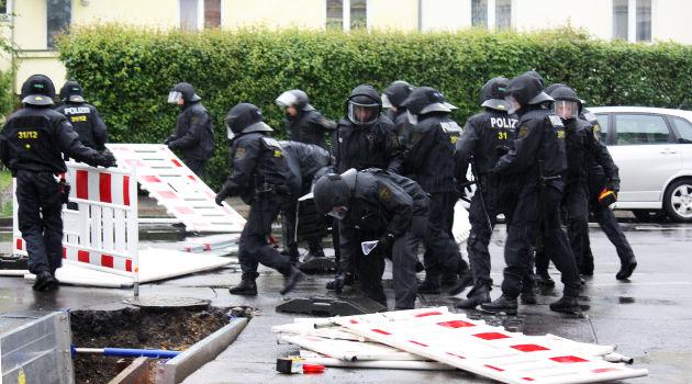 Die Polizei war stets bemüht, den Nazis den Weg freizuräumen
