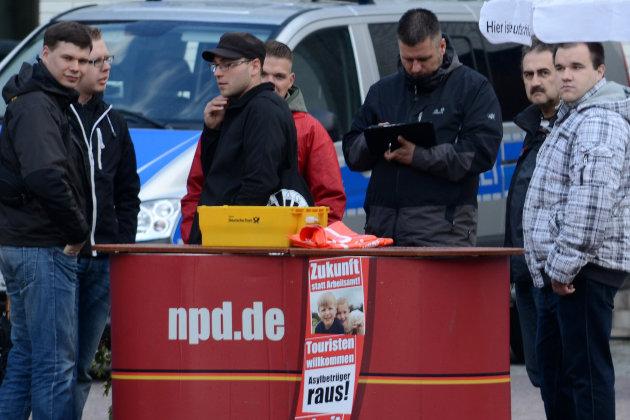 """Von links: Robert Andres (Kopf einer asylfeindlichen """"Bürgerinitiative"""" und Kommunalwahlkandidat von """"Pro Chemnitz""""), Paul Rzehaczek, Karsten Promnitz, Manuel Tripp, Maik Scheffler. Foto: Indymedia linksunten."""