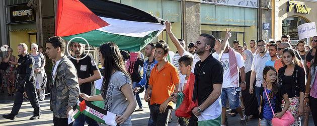 """Spontaner Aufzug nach der """"Gaza-Soli-Kundgebung"""" am 17. Juli 2014. Auf dem Bild eingekreist ist ein besonders eifriger Antisemit, der """"Heil Hitler"""" schrie und den """"Hitlergruß"""" machte. Dieses und weitere Fotos: caruso.pinguin"""