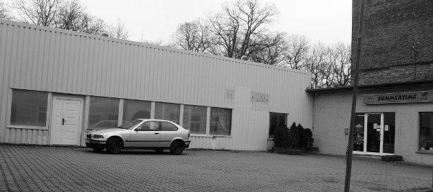 """Bahnhofstraße 21, Wurzen: Solarum """"Summertime, Inh. D. Schwitzke"""". Der linke Gebäudeteil, in dem sich bis vor Kurzem auch Schwitzkes Videothek-Automat befand, ist der inoffizielle Sitz von """"Front Records""""."""