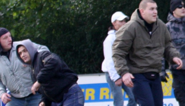 Persdorfs Geschäftspartner Paul Fongrad (links mit schwarzer Jacke) und sein Mitarbeiter Patrick Otto (rechts) beim Überfall auf Spieler und Fans des Roten Stern Leipzig am 24. Oktober 2009. Foto: Archiv.