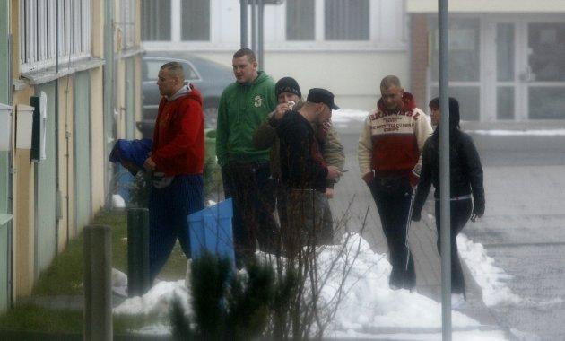 Nazi-Hallenturnier am 21. Februar 2009 in Grimma: Benjamin Brinsa und weitere Neonazis, darunter Patrick Otto (2.v.l.), vor der Sporthalle. Fotos: Archiv.