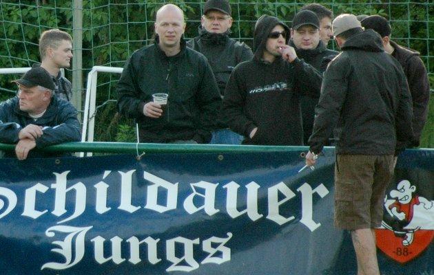 """Sven Parthaune (mit Glatze) am 12. Mai 2010 in Schildau hinter einem Transparent der """"Schildauer Jungs"""". Foto: Archiv."""