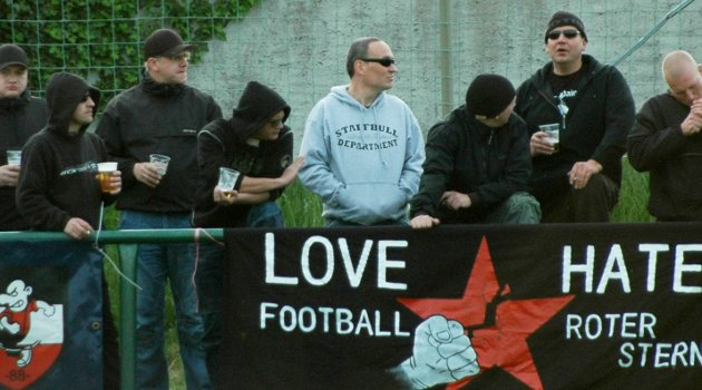 Paul Fongrad (4.v.l.), Michael Woitag (5.v.l.) und Thomas Persdorf (2.v.r.) am 12. Mai 2010 in Schildau. Foto: Archiv.