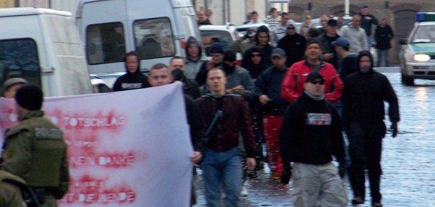 """Neonazis hinter einem Transparent für """"Nationalen Sozialismus"""" am 16. März 2008 in Wurzen. Mit roter Jacke: Thomas Persdorf. Foto: Archiv."""
