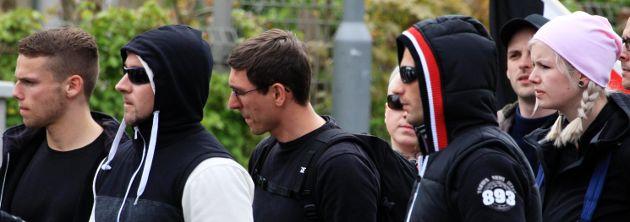 Nazis aus Mittelsachsen am 1. Mai 2015 in Saalfeld: links Michél Sajovitz, in der Mitte Christian Müller, ganz rechts Sindy Klemm aus Freiberg – Foto: Presseservice Rathenow