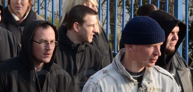 Maik Rothe (links) und Benjamin Schneider (ganz rechts) auf einem Naziaufmarsch in Weißenfels am 6. Dezember 2014 – Foto: docu.media