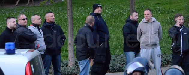 Gruppe um Kevin Dehn (4.v.l.) und Riccardo Sturm (Mitte) im Umfeld des Legida-Aufmarschs am 20. April 2015. Foto: docu.media.