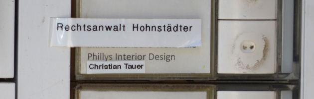 """Gemeinsames Klingelschild von """"Legida""""-Schatzmeister Hohnstädter und """"Phillys Interior Design"""" an der Stephanstraße 8"""