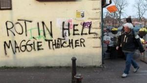 un-tag-souhaitant-a-margaret-thatcher-de-pourrir-en-enfer-le-9-avril-2013-sur-les-murs-de-belfast-ouest_2396567